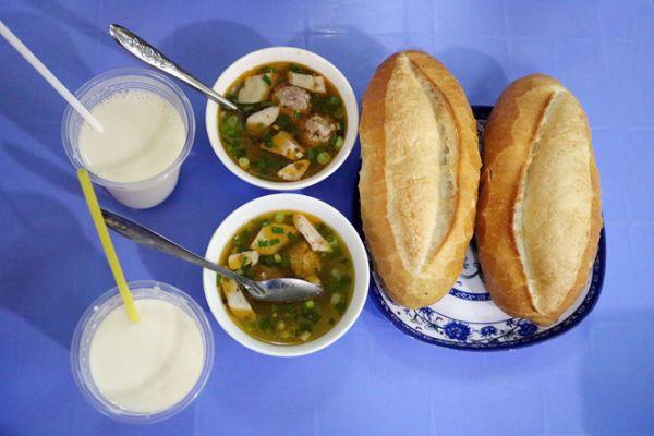 Món bánh mì xíu mại - đặc sản Đà Lạt