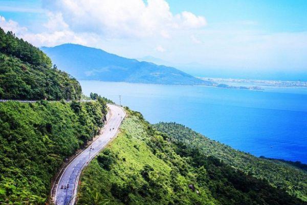 Con đường đèo cheo leo sát vách biển