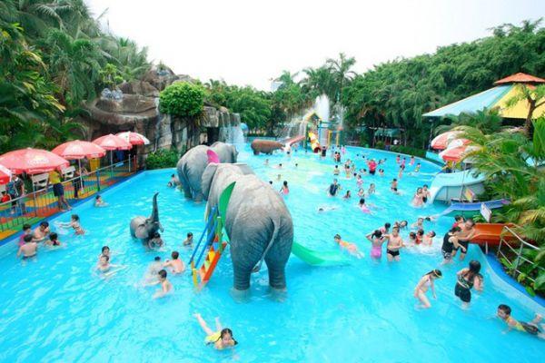 Hồ nước tạo sóng là nơi tập trung khách du lịch ở Đầm Sen